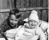 Matti ja Sauli keväällä 1959 Ratakatu 11 pihanperällä