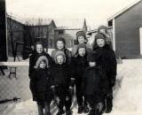 Karjakakotu 13 lapsia ja edessä Jouko Välimaa 1955