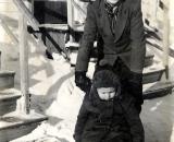 Lapsenhoitaja Eero Mattila ja Jouko Välimaa 1955 talvella